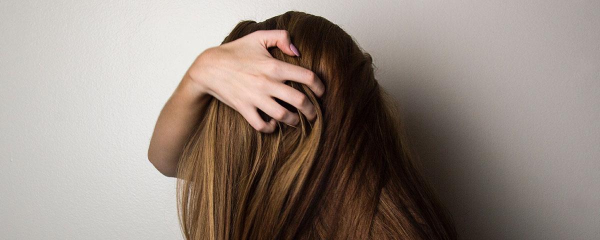 Cómo reparar el cabello quebradizo y seco